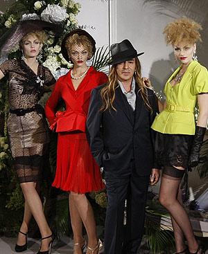 El diseñador John Galliano y sus 'hadas' vaporosas. FOTO: REUTERS