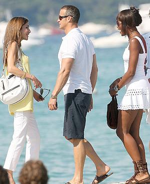 Rania de Jordania, Vladislav Doronin, novio de Naomi Campbell, y la modelo, en la Riviera francesa.