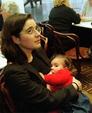 Madre amamantando a su hijo. FOTO: EL MUNDO.