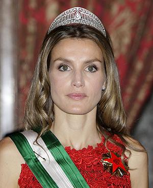 La Princesa de Asturias, que ajusta su banda con un imperdible. FOTO: EFE