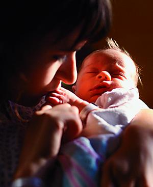 Una madre juega con su bebé. FOTO: El Mundo.