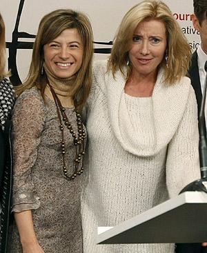 La ministra de Igualdad, Bibiana Aído, y la actriz Emma Thompson inauguran la exposición 'The Journey'. (Foto: EFE).