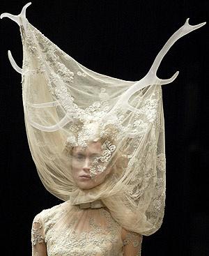 La novia de un desfile de McQueen de marzo de 2006. FOTO: EFE