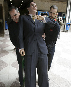 Empleados del Museo de Cera retiran la figura de Marichalar. FOTO: EFE