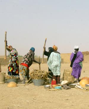 Fotografía realizada por Amsatou Diallo. 'Grupo de mujeres trabajando', expuesta en la Bienal de arte contemporáneo de Dakar.