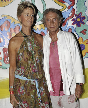 Carlos Martorell, con una amiga, en una fiesta en Ibiza. (Foto: Gtresonline)