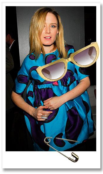 Róisín Murphy y las gafas que ha diseñado para Linda Farrow.