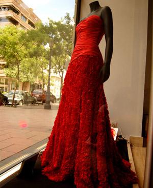 El vestido de Felipe Varela expuesto en su tienda de Madrid. (Fotos: Mamen Díaz-Alersi)