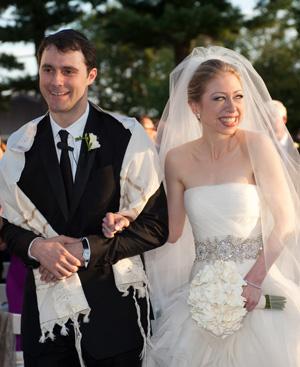 Chelsea, hija de Hillary y Bill Clinton, junto a su esposo. Foto: Gtres.