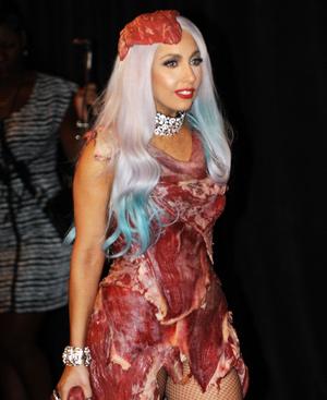 Lady Gaga semicubierta de filetes de carne muerta en la Gala de los Premios MTV.
