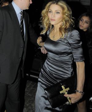 Madonna, con la cartera que le costó a su novio 6.000 euros. FOTO: Gtresonline