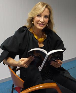 La autora posa con su libro. (Fotos: Virginia Peña)