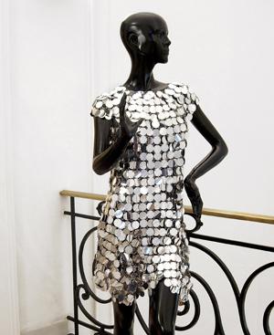 Vestido metálico diseñado por Paco Rabanne para Audrey Hepburn. FOTO: EL MUNDO