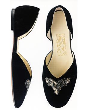 El modelo Darana de Ferragamo, imaginado en 1954 para Greta Garbo, una delicada ballerina de princesa en terciopelo negro con lentejuelas bordadas.