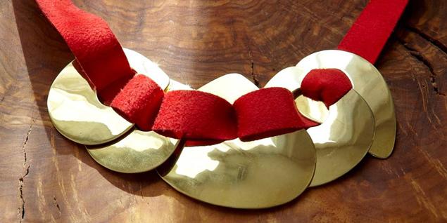 Una de las piezas de la diseñadora de joyas y complementos Helena Rohner.