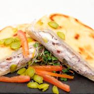 Bocadillo de atún con queso en pan de pita
