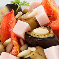 Ensalada de pavo, berenjena, tomates y piñones