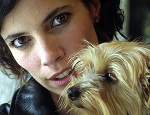 La actriz con su mascota. (Foto: EL MUNDO)