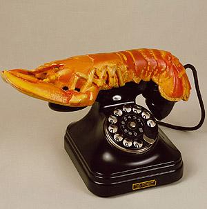 'Teléfono langosta', una de las piezas de Salvador Dalí que se exhiben en el Victoria and Albert Museum.