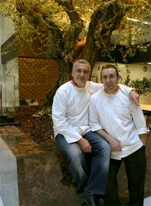 Paco y Jacob posan junto al olivo